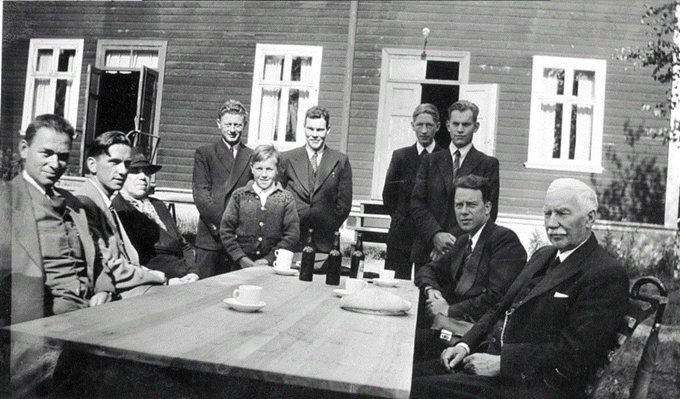 Johan Oscar Smith (rechts) met enkele broeders tijdens een conferentie in Hokksund in 1942. Zijn vrouw Pauline (derde van links). Tweede van rechts is Aksel Johan Smith, zoon van Johan Oscar Smith, helemaal links zit Sigurd Bratlie.